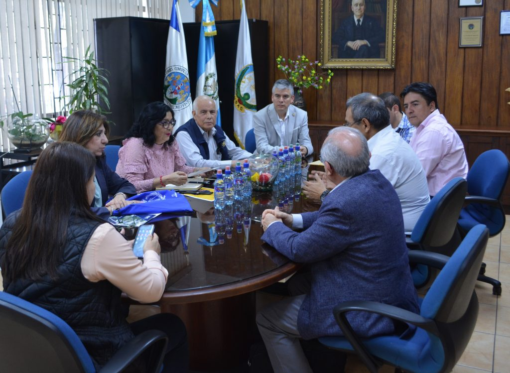 Reunión, en la cual  se discutió respecto a la participación de la USAC en el proyecto para Estudios de Amenaza y Riesgo Sísmico en Centroamérica y de como a partir del mismo, se podría crear posgrados para formar profesionales en la materia.